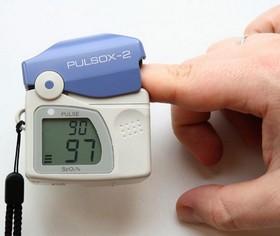 Pulsoksymetr zekranem iczujnikiem na palec